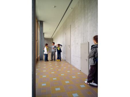 Una puerta diminuta en el colegio