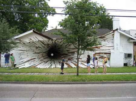 Vista de la casa agujereada de Houston