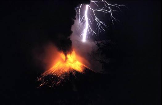 எரிமலை வெடிக்கும் போது ஏற்படும் மின்னல்