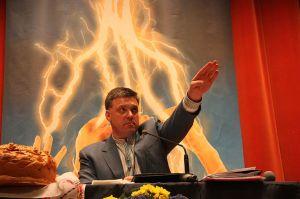 Oleh Tyahnybok, leader du Parti national-socialiste ukrainien rebaptisé « Liberté » (Svoboda) le 4 juin 2004 (parti membre du Front National Européen), est à la tête des violents événements qui visent à déstabiliser l'Ukraine.