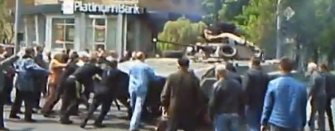 Marioupol citoyens arretent un tank
