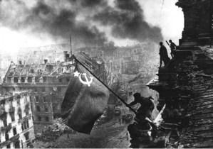 """Ukraine : Bolgrad hissera le drapeau Soviétique en opposition à la loi de """"décommunisation"""""""