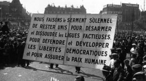 #vidéo Pour battre le fascisme, 500 000 manifestants défillent derrière le drapeau tricolore et drapeau rouge, chantant la Marseillaise et l'Internationale – 14 juillet 1935 !