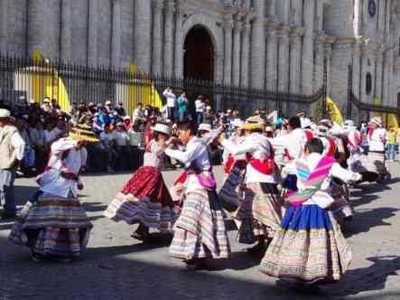 gente riunita in piazza per un ballo tipico
