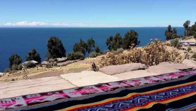 primo piano di un tessuto peruviano con il mare sullo sfondo