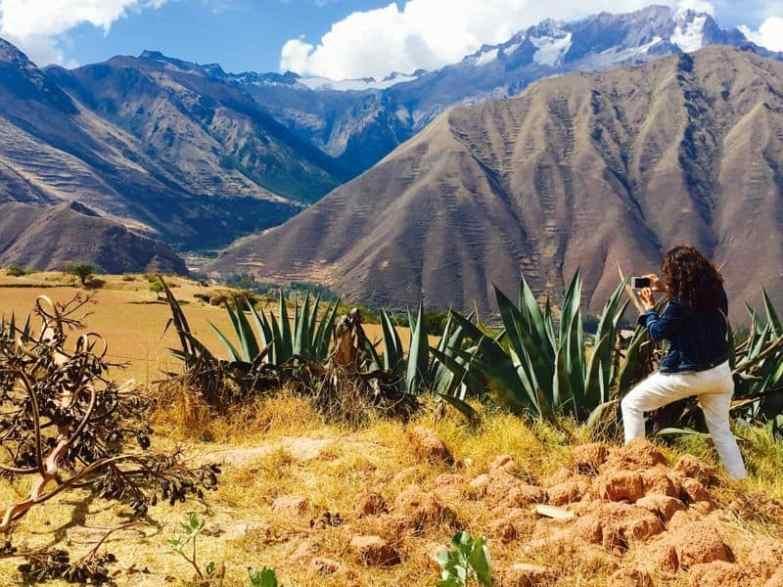valle arida tra le colline