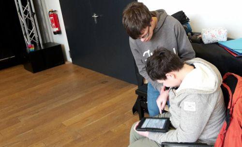 Teilnehmender der inklusiven Theatergruppe nutzt Kommunikationshilfe