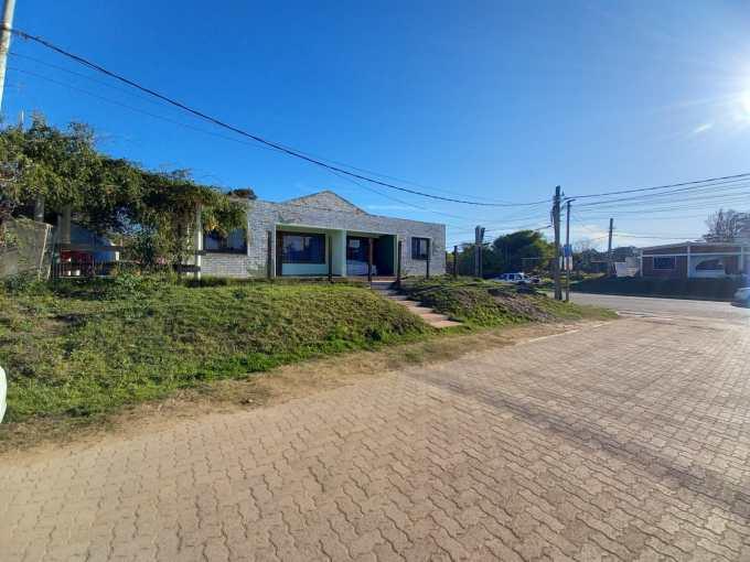 Muy buena propiedad en Zona Comercial Ideal para renta.  Dos casas de dos dormitorios y 3 locales comerciales sobre Av Sagitario .