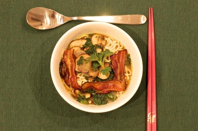 Brenneslesuppe med nudler og bacon