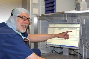 Prof. Müller bei der Dateneingabe im OP
