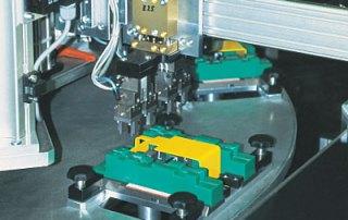 Automatische Bestückung mit Miniaturfedern der Größe 2 x 5 mm