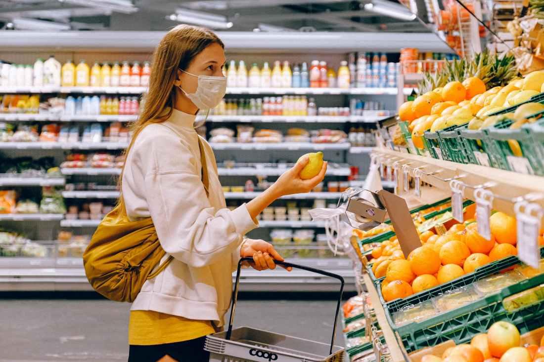 Introducción a la estadística para la ciencia de los datos - Mujer comprando en un supermercado