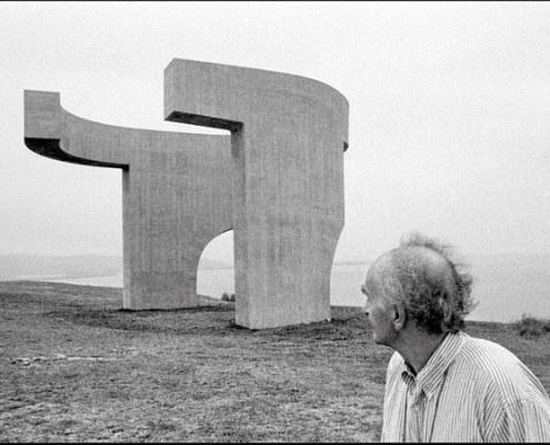 La-escultura-de-Eduardo-Chillida-documentada-por-Jesus-Uriarte-InnovaConcrete