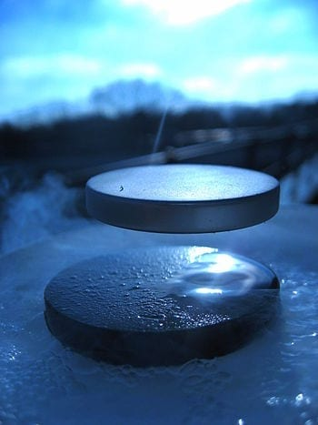 English: levitation of a magnet on top of a superconductor of cuprate type YBa2Cu3O7 cooled at -196°C. Français : lévitation d'un aimant au dessus d'un supraconducteur de type cuprate YBa2Cu3O7 refroidi à -196°C. (Photo credit: Wikipedia)