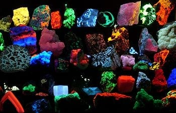 English: Collection of various fluorescent minerals under ultraviolet UV-A, UV-B and UV-C light. Chemicals in the rocks absorb the ultraviolet light and emit visible light of various colors, a process called fluorescence. Français : Divers minéraux fluorescents Deutsch: Verschiedene fluoreszierende Minerale unter UV-Licht (Photo credit: Wikipedia)