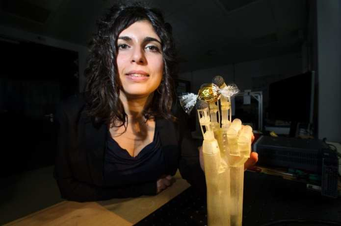 Filomena Simone, an engineer in the research team led by Professor Stefan Seelecke, is working on the prototype of the artificial hand. Foto/Credit: Oliver Dietze