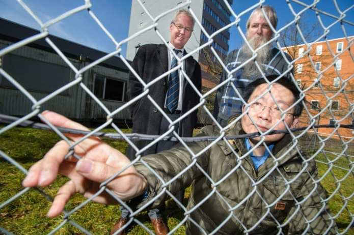 A number of fences on the Saarbrücken campus are presently undergoing long-term monitoring to determine how the system is affected by such factors as wind. from left: Professor Uwe Hartmann, Dr. Uwe Schmitt und Dr. Haibin Gao. Credit: Oliver Dietze