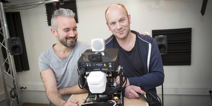Trondheim, 250315, Norge: Professor Øyvind Brandtsegg (t.h) og Ph.D Axel Tidemann, begge NTNU, sammen med deres robot Self. Foto: Ole Morten Melgård
