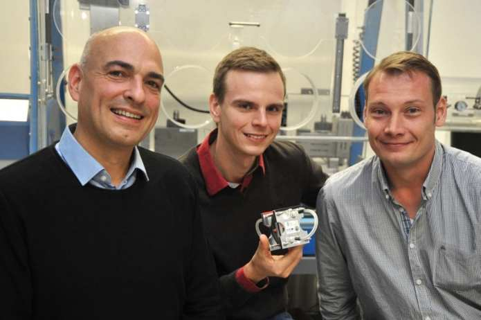 The research team and its new battery (from left to right): Prof. Dr. Ulrich S. Schubert, Tobias Janoschka und Dr. Martin Hager.