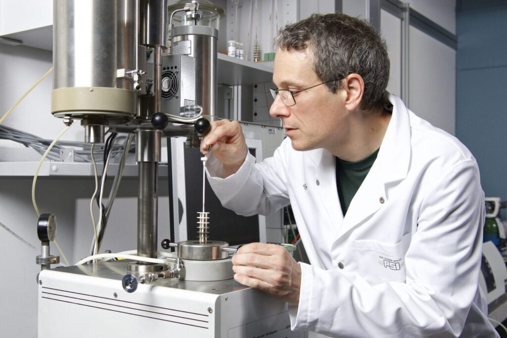 Ivo Alxneit, chemist at the Solar Technology Laboratory, Paul Scherrer Institute (PSI), preps for an experiment. Together with fellow researchers at the PSI and the ETH Zurich, he has developed a procedure that uses solar energy to produce fuel. (Photo: Paul Scherrer Institut/Markus Fischer)