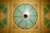 La volta è decorata da un finto velario dipinto, cosparso di stelle.