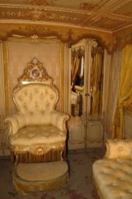Cimasa su poltrona da trono intagliata a foglia oro e decorazioni a smalti raffigurante lo stemma papale.