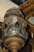 Corredata da due lampade a petrolio in vetro lavorato a mano