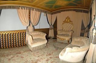 Poltrona da trono in Capitonnée rivestita con tessuto in velluto beige in coordinato alle calate.