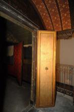 Dettaglio del rivestimento interno della porta d'ingresso.