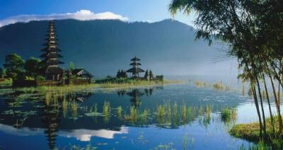 Un paesaggio dell'Indonesia, con le caratteritiche pagode