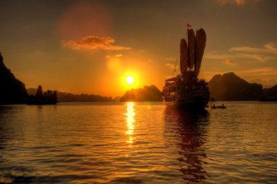 Infuocato tramonto dall'isola di Cat Ba