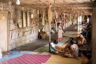 Una tipica longhouse indonesiana