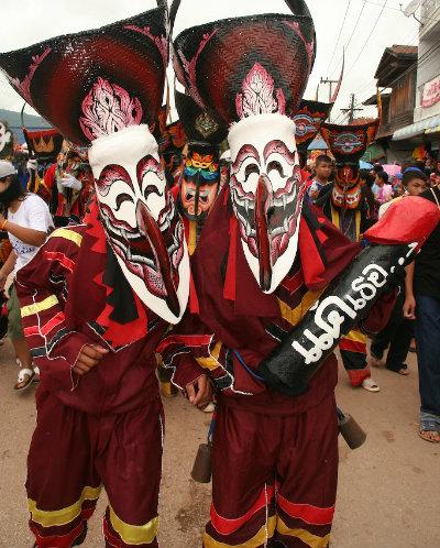 Maschere bizzarre al Phi Ta Khon