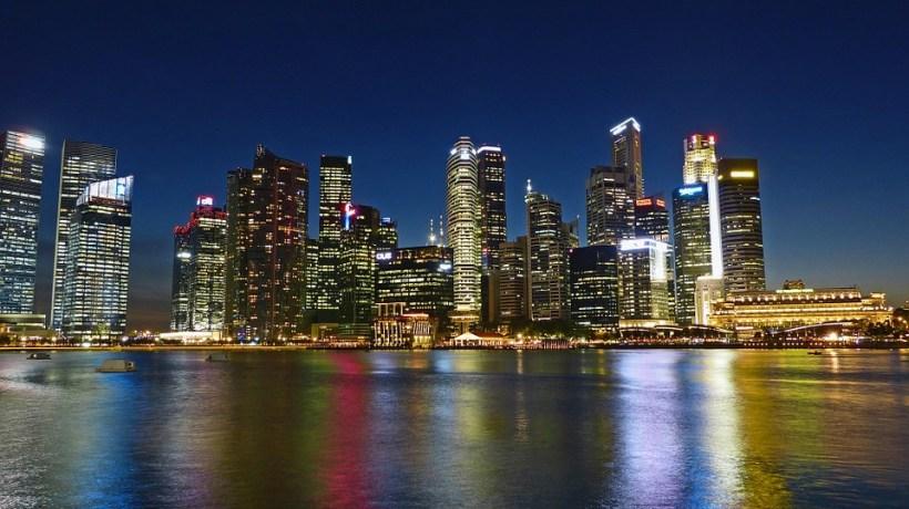skyline notturno di un viaggio a singapore