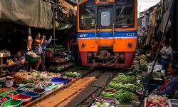 Il mercato della ferrovia è uno dei luoghi più suggestivi per mangiare a Bangkok.