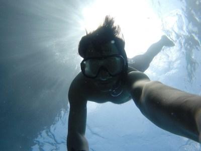 Donna che pratica snorkeling