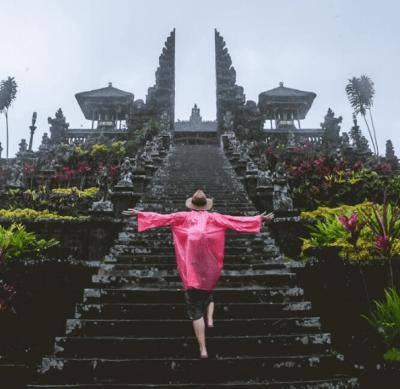 tempio a bali sotto la pioggia - indonesia