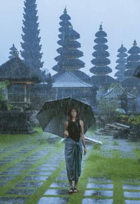 pioggia a bali - tempio in indonesia