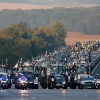 """Οι Γάλλοι αγρότες μπαίνουν στο Παρίσι /εδώ υπάρχει τροχαία … Ενώ η """"αριστερή"""" ΕΛΑΣ στρατιωτικά σχέδια άμυνας της πρωτεύουσας από τους «βαρβάρους». Τρομάρα σας …(video)"""
