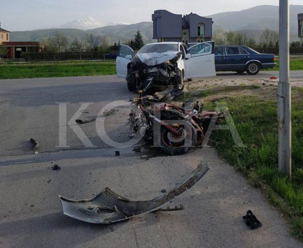 auosid-730x599 Lëndohet një person pas përplasjes mes veturës dhe motorit në Ferizaj