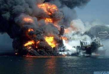 Deepwater Horizon Rig in flames