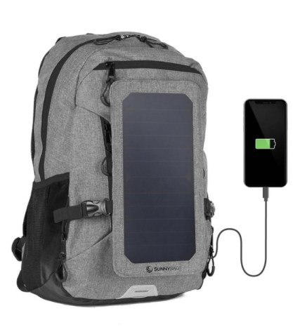 Der Solarrucksack Sunnybag Explorer+ mit gekoppeltem Smartphone