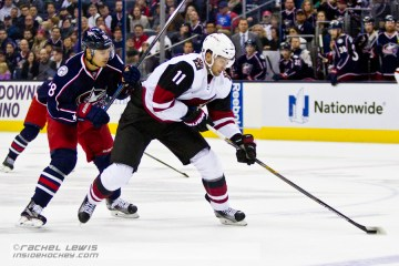 Martin Hanzal (ARI - 11) skates the puck away from Rene Bourque (CBJ - 18).