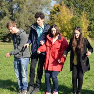 Junge Menschen vor einer Schwelle