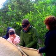 Menschen die blind ein Zelt zusammen aufbauen