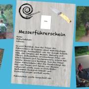 Viele Kinder beim Schnitzen im Wald