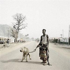 mallam-gahadima-passeia-a-sua-hiena-nas-ruas-de-abuja-na-nigeria