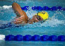 un nuotatore in piscina