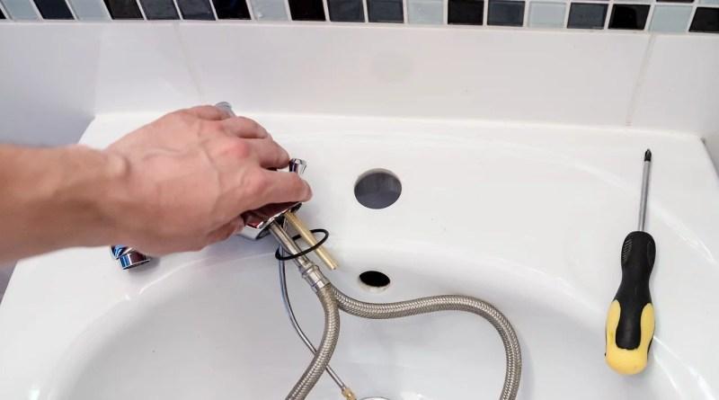 Plumber Repair Tap Battery  - jarmoluk / Pixabay