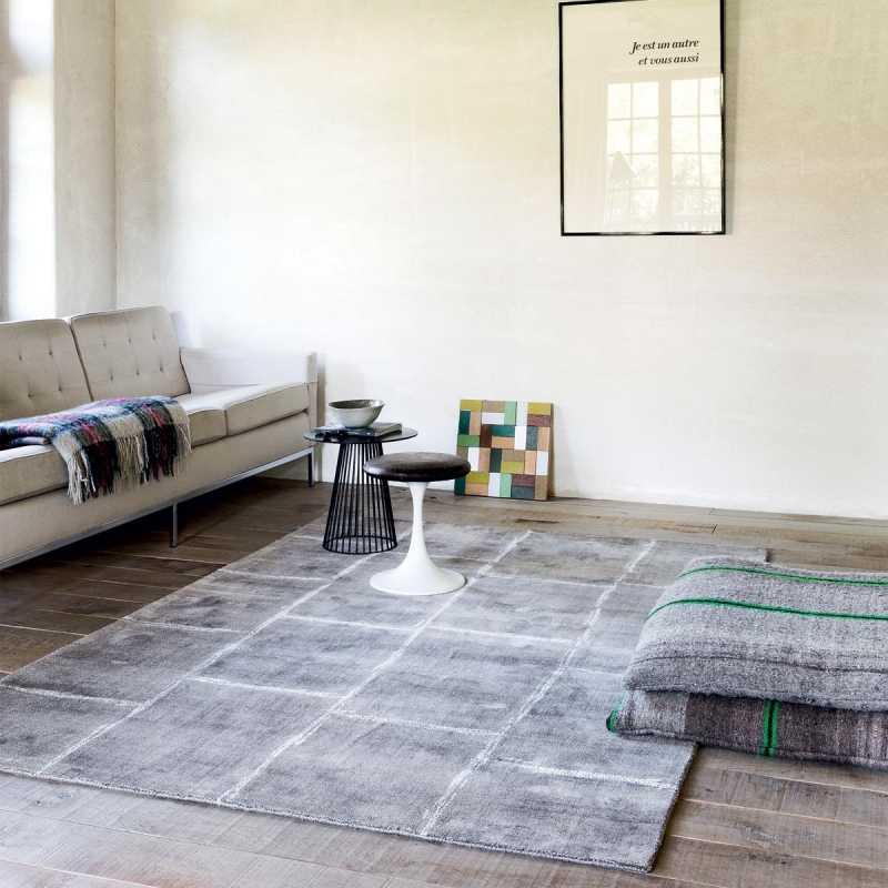 tapis sur mesure gris en viscose a carreaux fait main par ligne pure